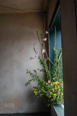 Rachel's wild flowers perfectly complement the strong dramatic colours of Haar Architects minimal interior in Edinburgh. British Flowers Week 2021. Solen Photography